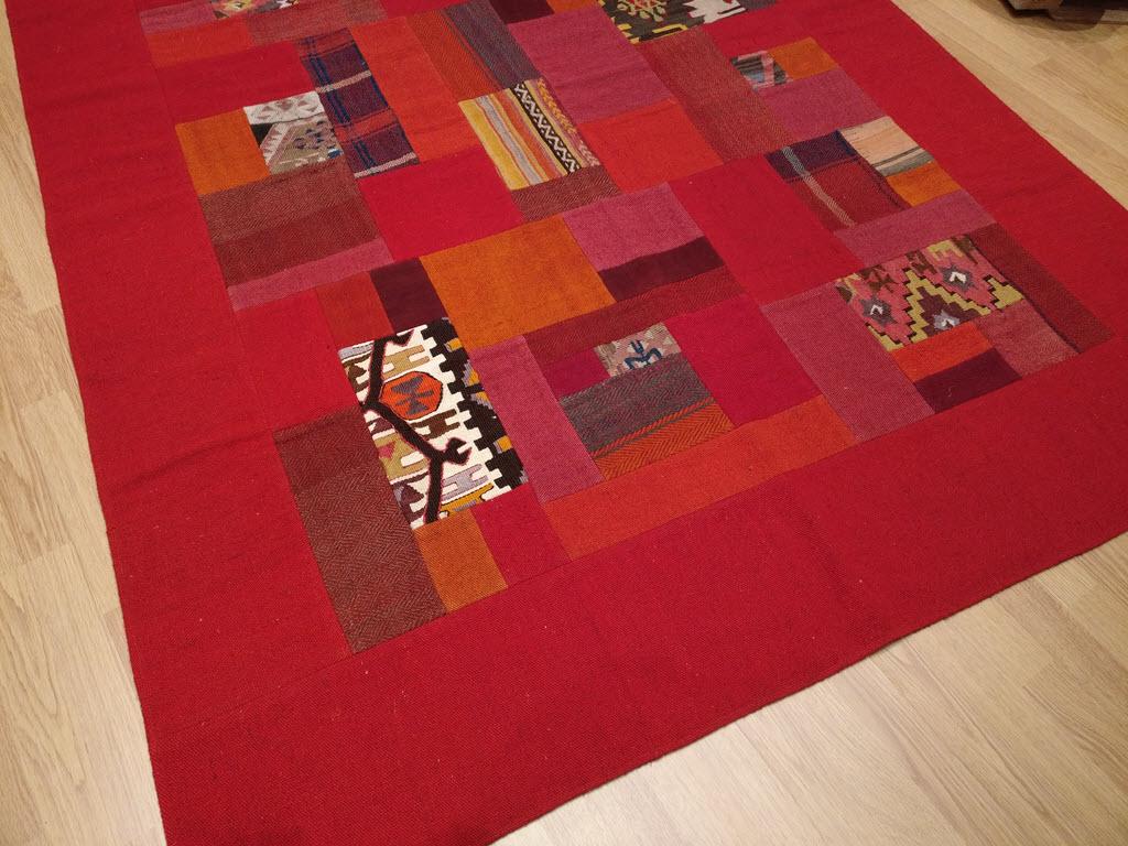 tapis kilim patchwork avec un d grad de rouge. Black Bedroom Furniture Sets. Home Design Ideas