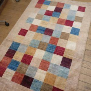 tapis moderne avec carré de couleur vive