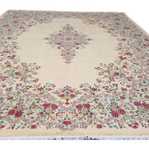 grand tapis iranien fond beige à dessin floral