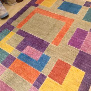 tapis moderne violet motif geometrique orange et bleu