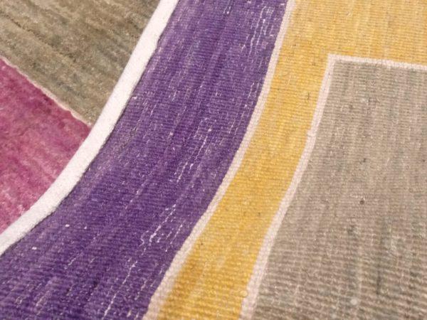 tapis moderne violet motif geometrique orange et bleu 2