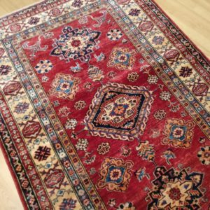 beau tapis kazak rouge bordure multiple